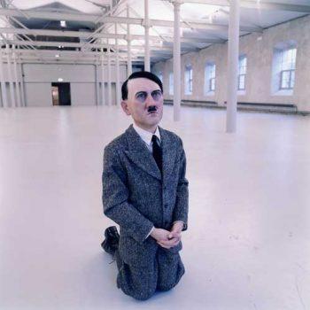 56. М. Каттелан. Гітлер молиться